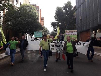 Docentes rechazan cierre de instituciones y tratan de inepto a Petta