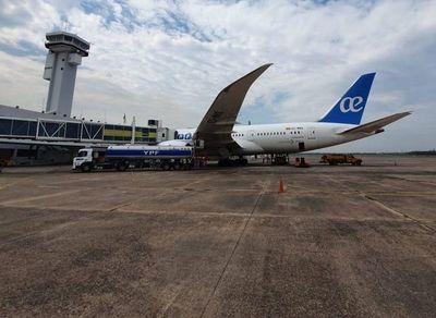 Más de 100 pasajeros varados por problemas con Boeing 787
