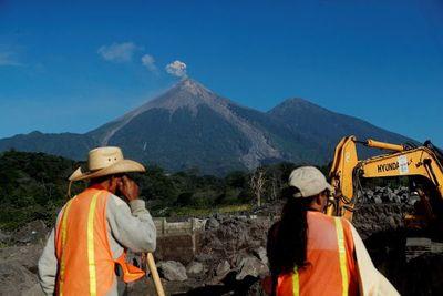 Sobrevivientes buscan contrarreloj restos de víctimas de volcán de Guatemala
