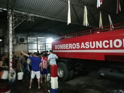 Ante cortes, bomberos y Essap llevaron agua a Tacumbú