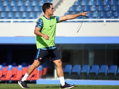 Víctor Bernay llama a 19 futbolistas de cara al clásico