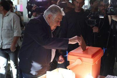 Uruguay abre los centros de votación para elegir a su próximo presidente