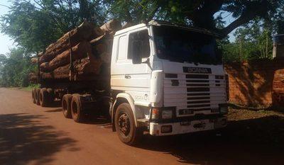 Retienen tres camiones repletos de rollos de madera en Minga Porã