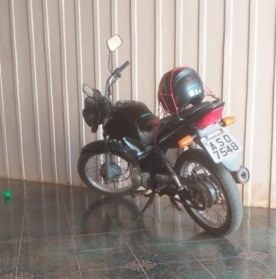 Roban motocicleta de  estacionamiento de un edificio en Santa Rita