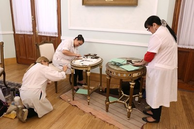 Técnicas de la SNC restauran mobiliario del Palacio de López