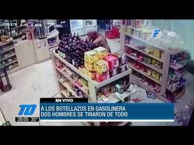 A botellazos en una gasolinera