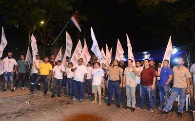 Funcionarios de la ANDE inician huelga y estiman importante acatamiento