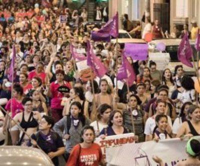 """Cientos de mujeres gritan contra la """"justicia patriarcal"""" en Paraguay"""