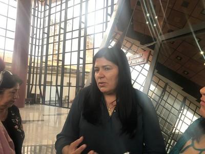 Diputada dice estar orgullosa de Cartes y pide que la prensa no eche más chispas contra su líder