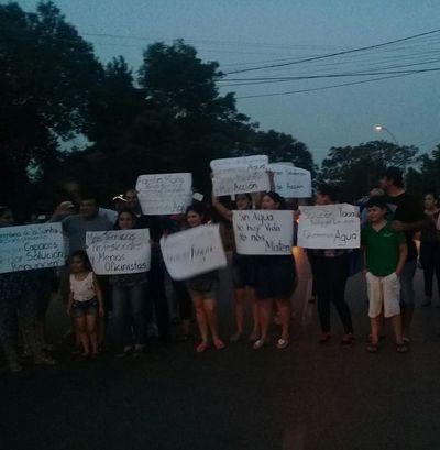 Continúa manifestación por falta de agua en Carapeguá