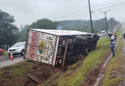 Vuelca camión de lácteos y piden ¡penal para Olimpia!