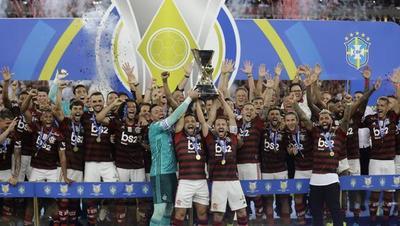 Flamengo prolonga la fiesta en Maracaná y recibe trofeo tras ganar la liga