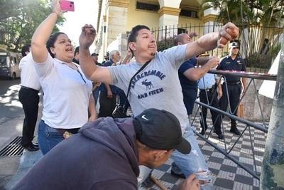 A huevazos, sindicalistas de Hacienda escrachan a otros funcionarios