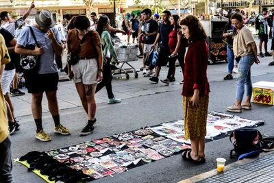El comercio callejero florece en cada marcha en Chile