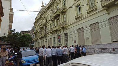 Funcionarios continúan en huelga