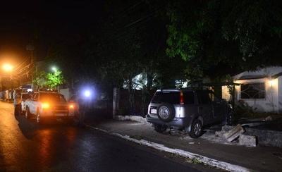 HOY / Conductor atropelló casa de vecino que le reprochó por estacionar sobre la vereda