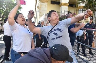 Funcionarios violentos de Hacienda justifican 'huevazos' a propios compañeros