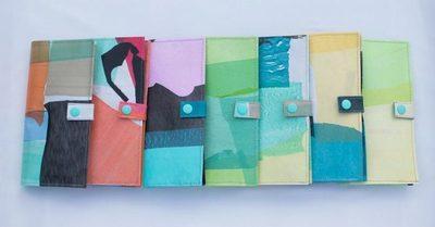Lanzan billeteras hechas con bolsas de plástico
