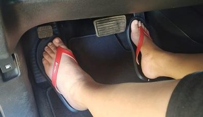 Caminera planteará prohibición de manejar con zapatillas