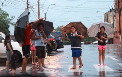 Anuncian fin de semana cálido y lluvioso