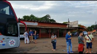 Un bus paraguayo quedó 17 horas varado y sin auxilio en Brasil