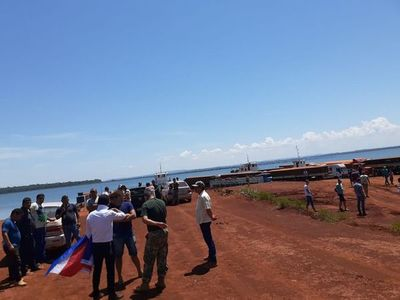 Cierran acceso al servicio de balsa en Puerto Indio y exigen asfaltado