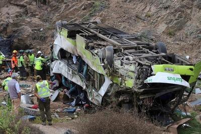 21 fallecidos al caer un autobús por un barranco en Chile