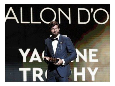 Alisson gana el primer trofeo Yashin al mejor portero