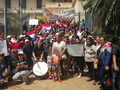 Enfermeros y agentes comunitarios protestan frente al Ministerio de Salud