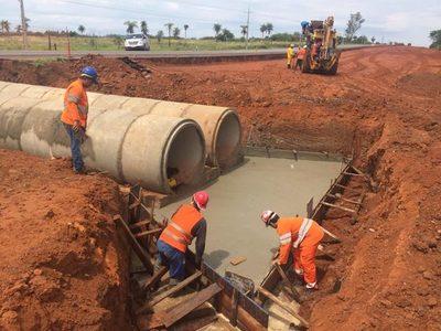 Continúan obras de drenaje en ruta 2