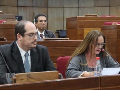 Critican contradicciones de representante de Leros