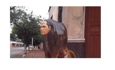 Graficó su pasión al servicio a través de una escultura de león con su rostro
