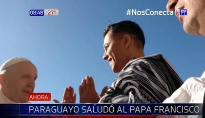 Artista paraguayo recibe bendición del papa en Roma
