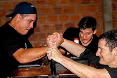 La lucha de brazos: Una disciplina que gana cada vez más adeptos en el Chaco