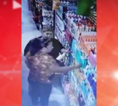 Bolsoneras en acción: Mujeres fueron captadas hurtando en un súper