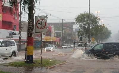 """HOY / Encarnación: calles, comercios y hasta la terminal """"bajo agua"""" a raíz de intensas lluvias"""
