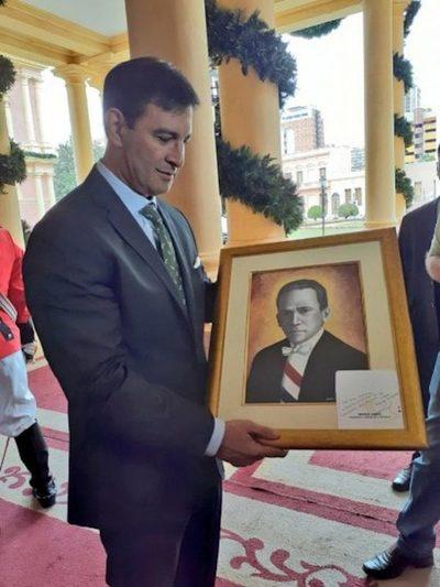El Presidente de la república regala cuadro de Eligio Ayala a liberales