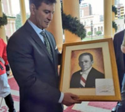 Mario Abdo regala cuadro de Eligio Ayala a liberales
