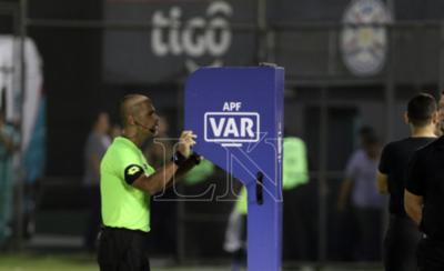 HOY / El VAR interviene por primera vez