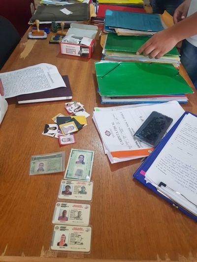Desmantelan una red que producían documentos de migraciones falsos
