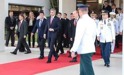 Abdo Benítez partió rumbo a Brasil para participar de la Cumbre del Mercosur
