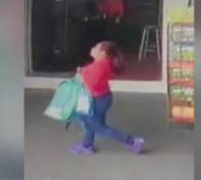 ¡Cuidado con los descuidistas! Mujer fue grabada hurtando una mochila