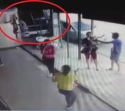 Mujer y su hijo se salvan de milagro de ser atropellados por un camión