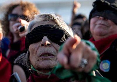 """Miles de chilenas veteranas interpretan """"Un violador en tú camino"""""""