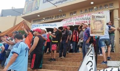 """HOY / Funcionarios festejan prisión de intendente, pero el drama sigue: """"Queremos cobrar"""""""