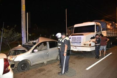 Un herido tras choque de vehículo a camión de gran porte