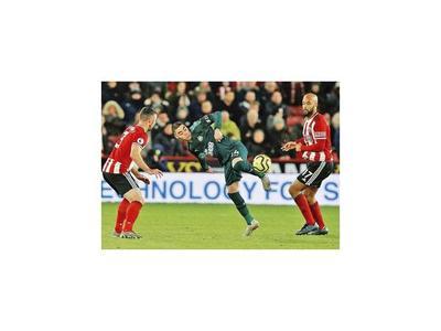 Newcastle triunfa con la presencia de Almirón