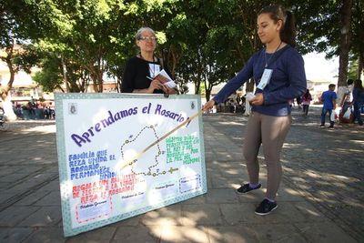 Mujeres enseñan a rezar el rosario