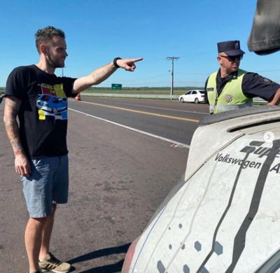 Recorre Sudamérica en auto: apenas llegó a Paraguay y ya le coimeraron