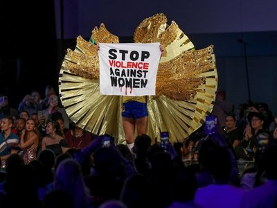 Participante en Miss Universo reclama fin de la violencia machista
